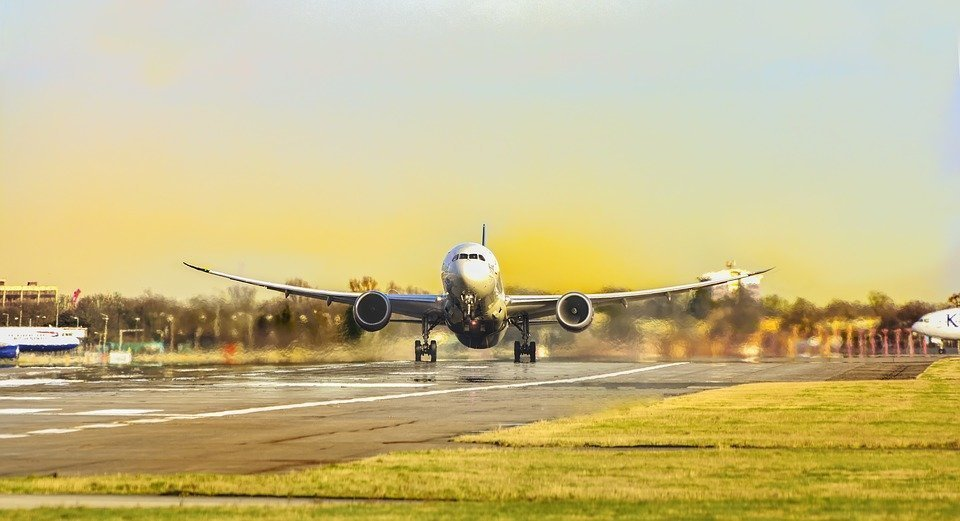 Украинские авиакомпании за полгода перевезли почти 5,5 млн пассажиров