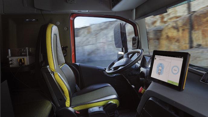 Беспилотные грузовики Volvo начинают работать в карьере (видео)