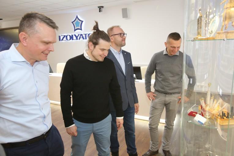 Представители польских компаний PSE S.A. и Eltel Networks знакомятся с музейной экспозицией компании «Изолятор»