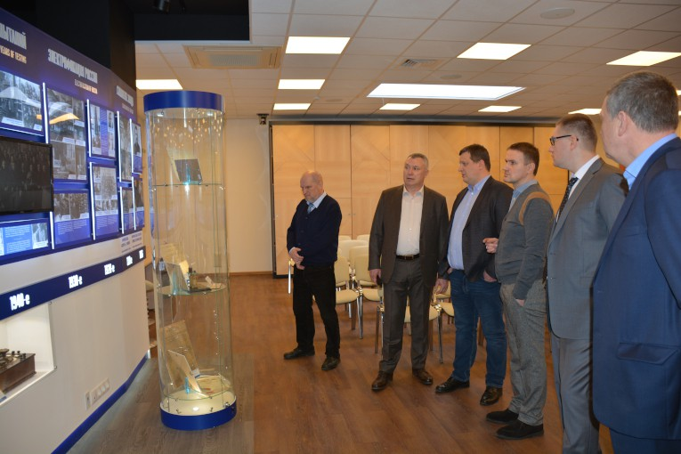 Руководство ГК «Севкабель» и НИИ «Севкабель» знакомится с историей компании «Изолятор»