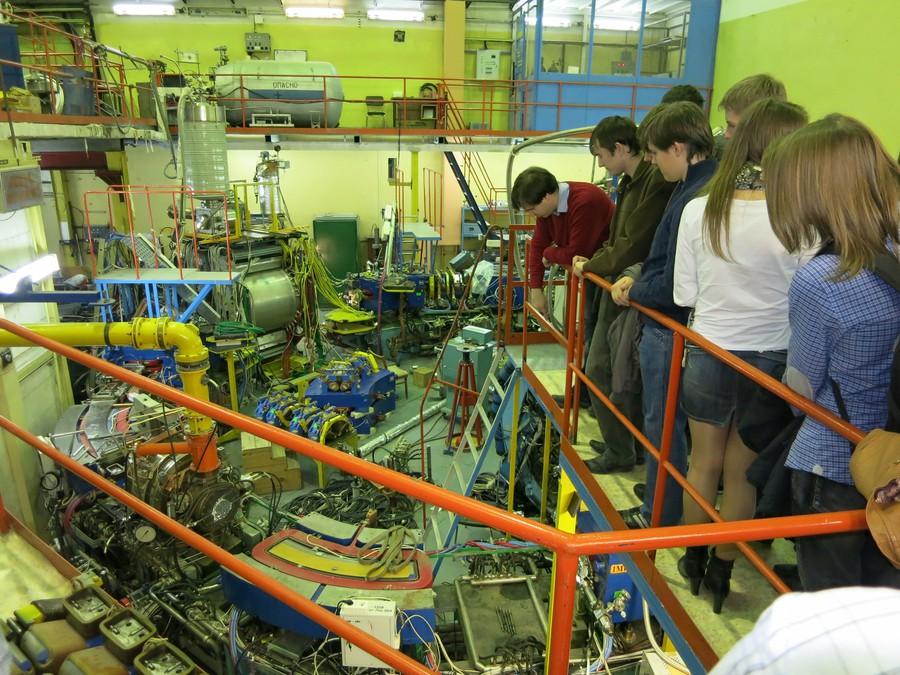 В рамках сотрудничества даже у студентов первых курсов кафедры электронных приборов появится возможность попробовать свои силы и познакомиться с большой наукой