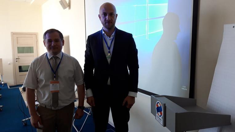 Заместитель директора департамента по электросетевому комплексу Группы «РусГидро» Сергей Петров (слева) и Александр Савинов на семинаре компании «Изолятор» в Группе «РусГидро»