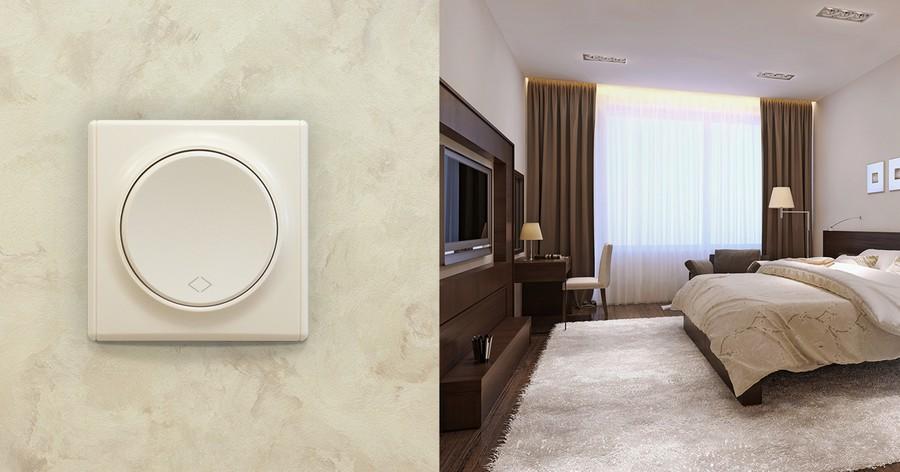 На базе двух переключателей и перекрестного выключателя бренда OneKeyElectro можно реализовать удобное управление освещением в спальне