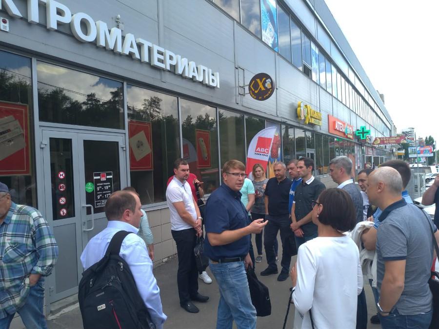 Во второй день для представителей участников РАЭК была проведена экскурсия по магазинам торговой сети «АВС-электро»