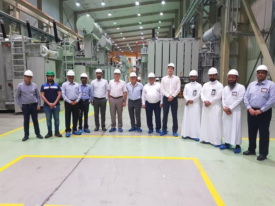 Участники экскурсии по производству на трансформаторном заводе Saudi Power Transformers Company в Саудовской Аравии