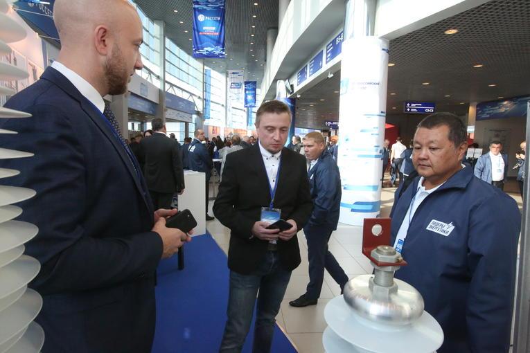 Александр Савинов (слева) и Алексей Пилюгин (в центре) представляют деловым партнерам новую продукцию компании «Изолятор» на Всероссийском съезде «Лидеры энергетики» в г. Челябинск