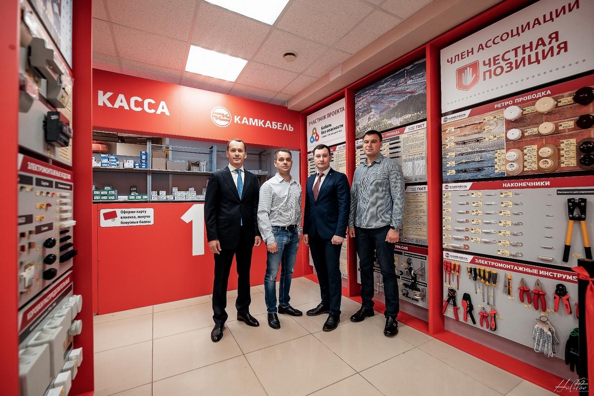 В церемонии открытия приняли участие коммерческий директор ООО «Камский кабель» Александр Бузилов и начальник отдела франчайзинга Андрей Рожков