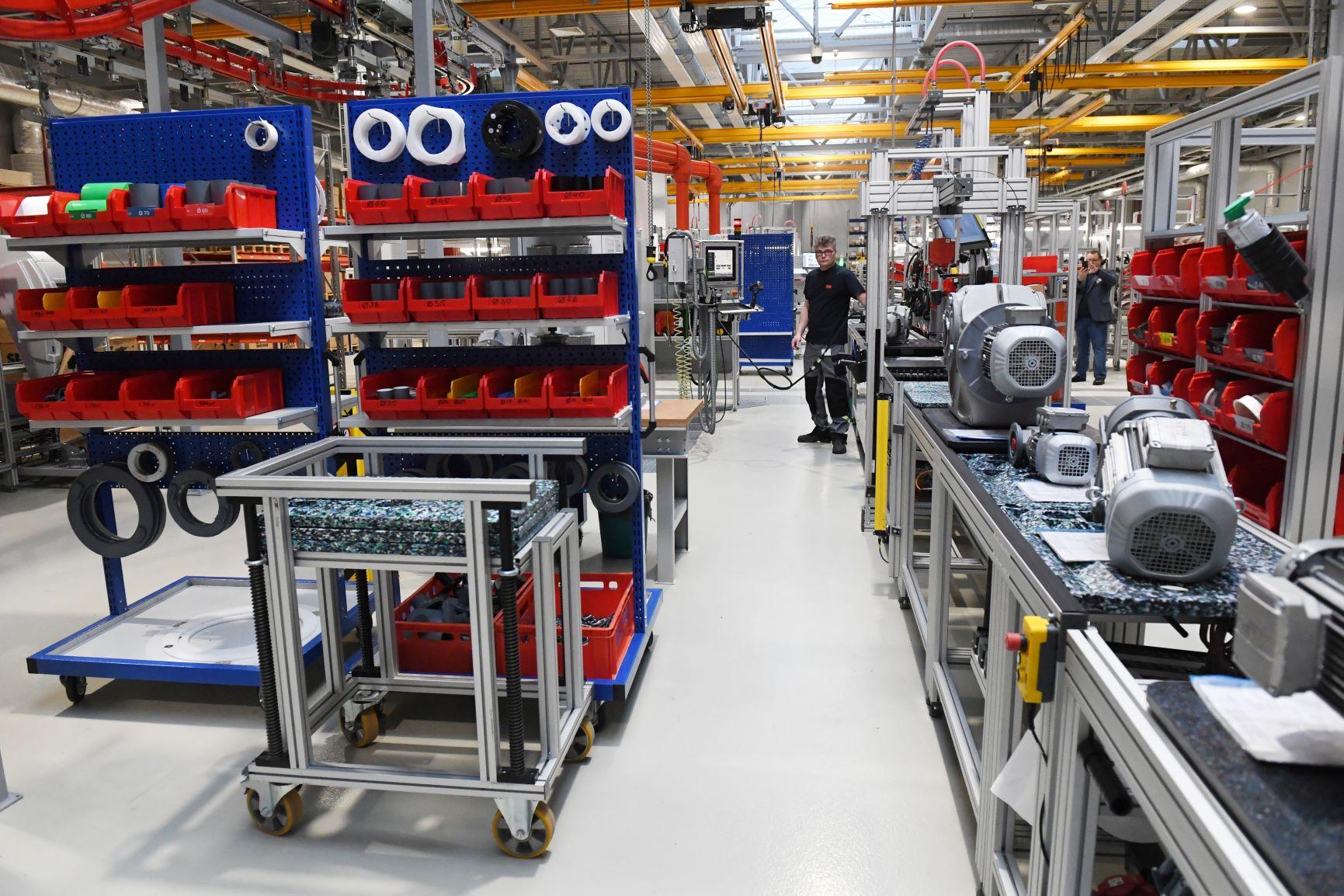 Преимуществами центра приводной техники также являются современные рабочие места, внедрение подвесного окрасочного конвейера Power & Free и мощный производственно-складской комплекс