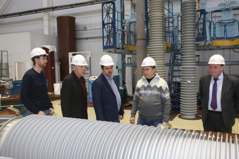 Представители Славянского завода высоковольтных изоляторов знакомятся с технологией производства высоковольтных вводов «Изолятор»
