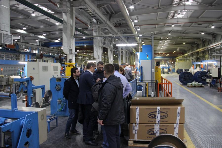 Представители «Элком-Электро» знакомятся с производственной линией завода «Алюр»
